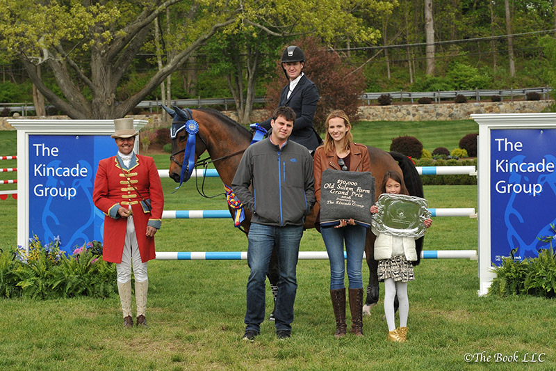 McLain Ward and HH Carlos Z in their winner's presentation with ringmaster Alan Keeley, as well as Brian and Gretchen Kincade and Ella Kwon, representing The Kincade Group; photo © The Book